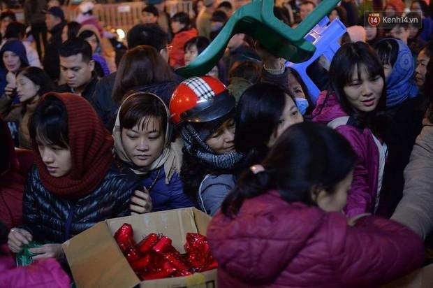 Hàng chục người đứng trên cầu vượt Ngã tư Sở vái vọng vì không chen vào được Tổ đình Phúc Khánh ngày giải hạn - Ảnh 11.