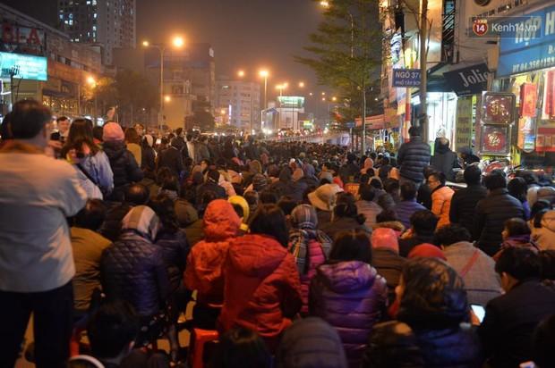 Hàng chục người đứng trên cầu vượt Ngã tư Sở vái vọng vì không chen vào được Tổ đình Phúc Khánh ngày giải hạn - Ảnh 8.