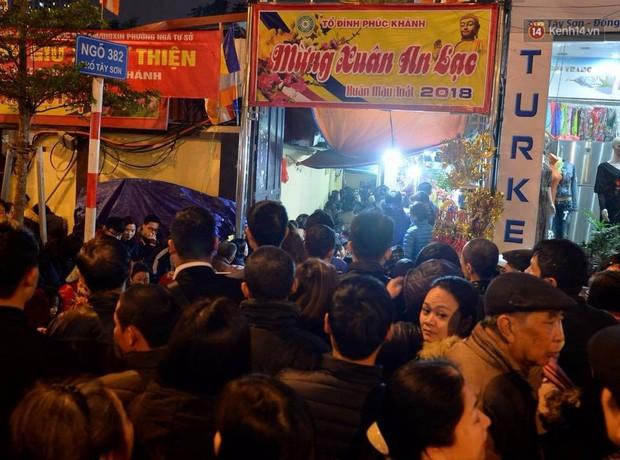 Hàng chục người đứng trên cầu vượt Ngã tư Sở vái vọng vì không chen vào được Tổ đình Phúc Khánh ngày giải hạn - Ảnh 9.
