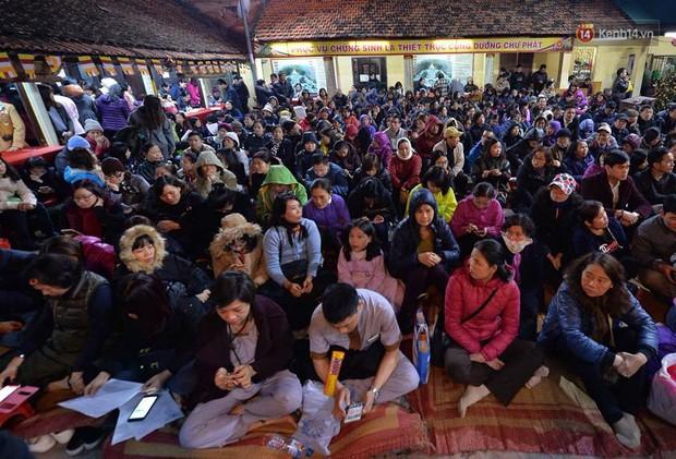 Hàng chục người đứng trên cầu vượt Ngã tư Sở vái vọng vì không chen vào được Tổ đình Phúc Khánh ngày giải hạn - Ảnh 1.