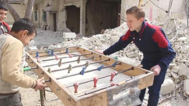 Bất chấp mưa bom bão đạn, cậu bé 15 tuổi lao ra chiến trường, quay phim cho cả thế giới thấy nỗi đau của trẻ em Syria - Ảnh 3.