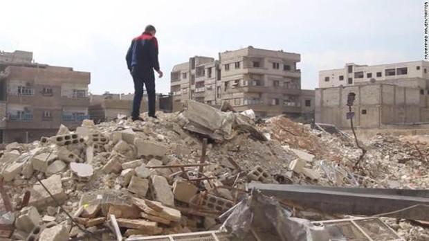 Bất chấp mưa bom bão đạn, cậu bé 15 tuổi lao ra chiến trường, quay phim cho cả thế giới thấy nỗi đau của trẻ em Syria - Ảnh 4.