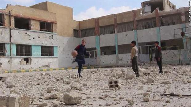 Bất chấp mưa bom bão đạn, cậu bé 15 tuổi lao ra chiến trường, quay phim cho cả thế giới thấy nỗi đau của trẻ em Syria - Ảnh 5.