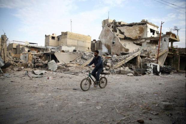 Bất chấp mưa bom bão đạn, cậu bé 15 tuổi lao ra chiến trường, quay phim cho cả thế giới thấy nỗi đau của trẻ em Syria - Ảnh 6.