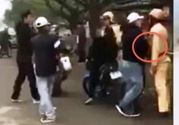 Clip nhóm thanh niên đánh võng, vu vạ CSGT đánh người - Ảnh 2.