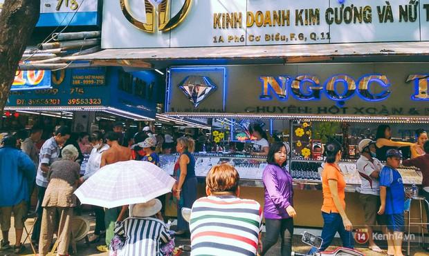 Chùm ảnh: Tiệm vàng ở Sài Gòn quá tải ngày Thần tài, nhân viên giao dịch với khách hàng từ bên ngoài - Ảnh 2.
