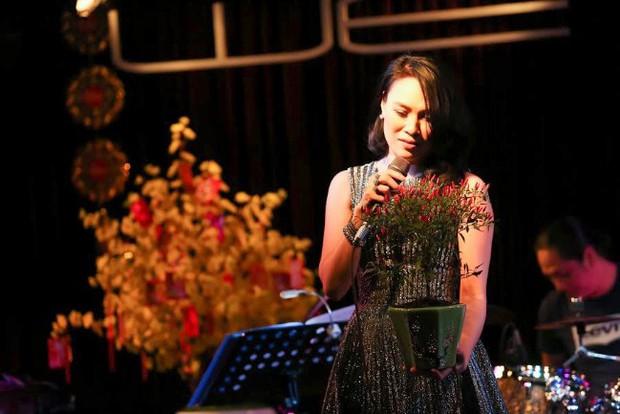 Mỹ Tâm cạn lời vì được tặng cả cây ớt cảnh thay hoa trong đêm nhạc đầu năm - Ảnh 2.