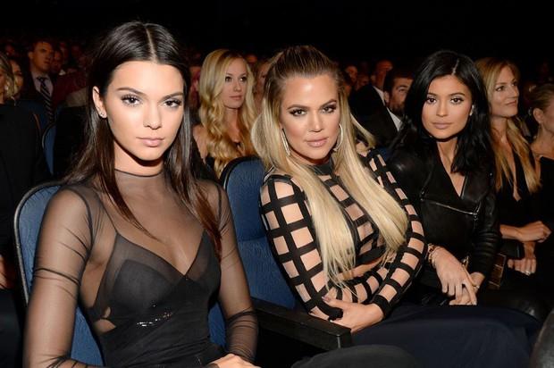 Dùng thử loại kem nền mà Kendall Jenner yêu thích, cô gái này cũng bất ngờ với kết quả nhận được - Ảnh 1.