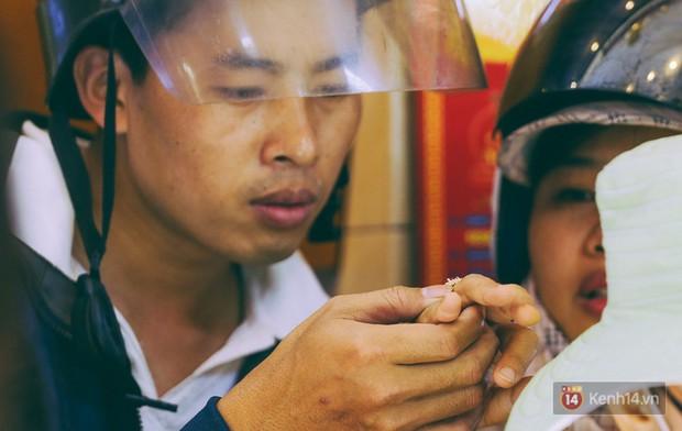 Chùm ảnh: Tiệm vàng ở Sài Gòn quá tải ngày Thần tài, nhân viên giao dịch với khách hàng từ bên ngoài - Ảnh 14.