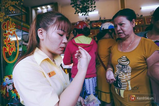 Chùm ảnh: Tiệm vàng ở Sài Gòn quá tải ngày Thần tài, nhân viên giao dịch với khách hàng từ bên ngoài - Ảnh 10.