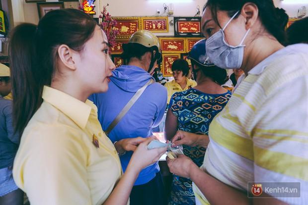 Chùm ảnh: Tiệm vàng ở Sài Gòn quá tải ngày Thần tài, nhân viên giao dịch với khách hàng từ bên ngoài - Ảnh 9.