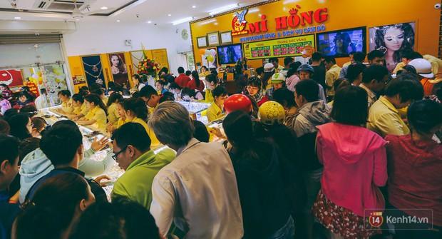 Chùm ảnh: Tiệm vàng ở Sài Gòn quá tải ngày Thần tài, nhân viên giao dịch với khách hàng từ bên ngoài - Ảnh 3.