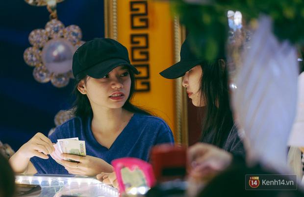 Chùm ảnh: Tiệm vàng ở Sài Gòn quá tải ngày Thần tài, nhân viên giao dịch với khách hàng từ bên ngoài - Ảnh 13.