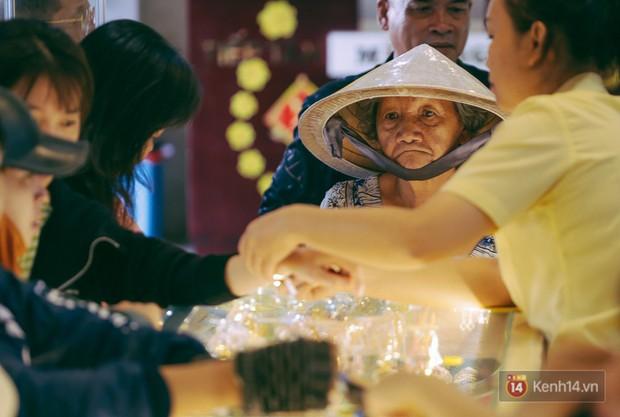 Chùm ảnh: Tiệm vàng ở Sài Gòn quá tải ngày Thần tài, nhân viên giao dịch với khách hàng từ bên ngoài - Ảnh 12.