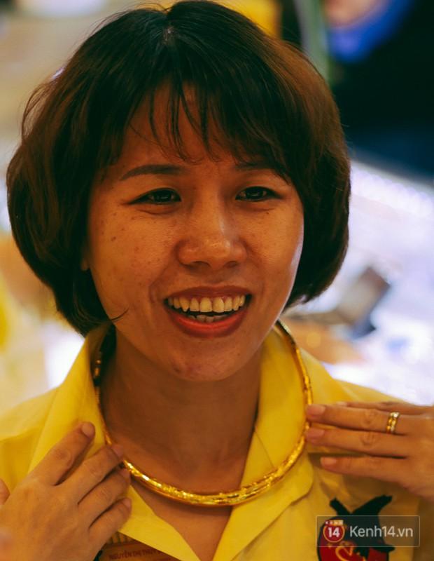 Chùm ảnh: Tiệm vàng ở Sài Gòn quá tải ngày Thần tài, nhân viên giao dịch với khách hàng từ bên ngoài - Ảnh 17.