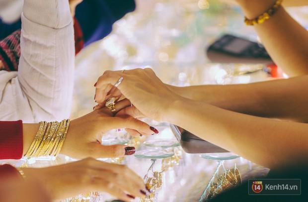Chùm ảnh: Tiệm vàng ở Sài Gòn quá tải ngày Thần tài, nhân viên giao dịch với khách hàng từ bên ngoài - Ảnh 16.