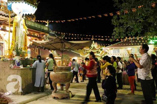 Tây Ninh: Đến cổng chùa Bà, người dân vẫn vô tư ăn uống, xả rác bừa bãi rồi trải chiếu ngủ la liệt đợi trời sáng - Ảnh 1.