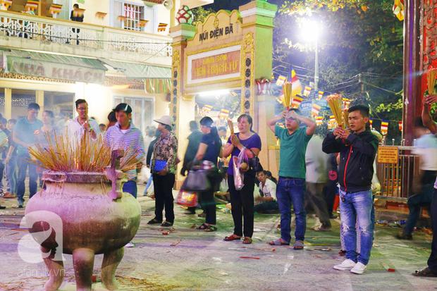 Tây Ninh: Đến cổng chùa Bà, người dân vẫn vô tư ăn uống, xả rác bừa bãi rồi trải chiếu ngủ la liệt đợi trời sáng - Ảnh 2.