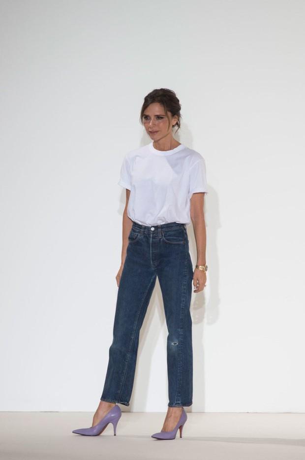 """Victoria Beckham giữ quần jeans lên phom đứng dáng bằng cách """"lười"""" giặt - Ảnh 1."""