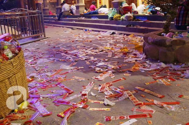 Tây Ninh: Đến cổng chùa Bà, người dân vẫn vô tư ăn uống, xả rác bừa bãi rồi trải chiếu ngủ la liệt đợi trời sáng - Ảnh 11.
