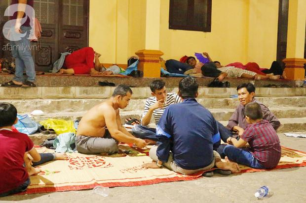 Tây Ninh: Đến cổng chùa Bà, người dân vẫn vô tư ăn uống, xả rác bừa bãi rồi trải chiếu ngủ la liệt đợi trời sáng - Ảnh 12.