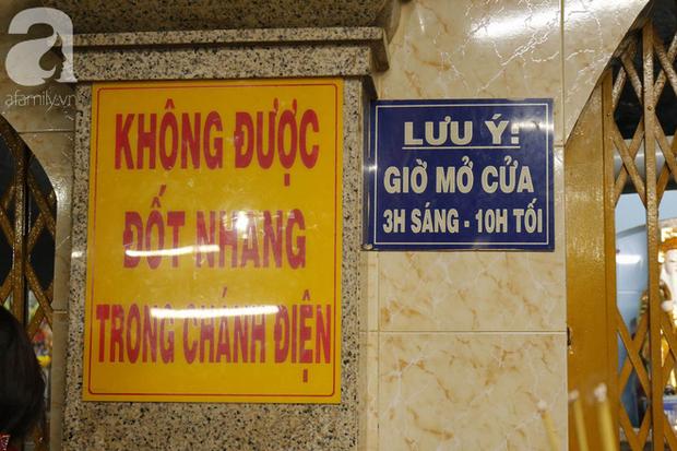 Tây Ninh: Đến cổng chùa Bà, người dân vẫn vô tư ăn uống, xả rác bừa bãi rồi trải chiếu ngủ la liệt đợi trời sáng - Ảnh 4.
