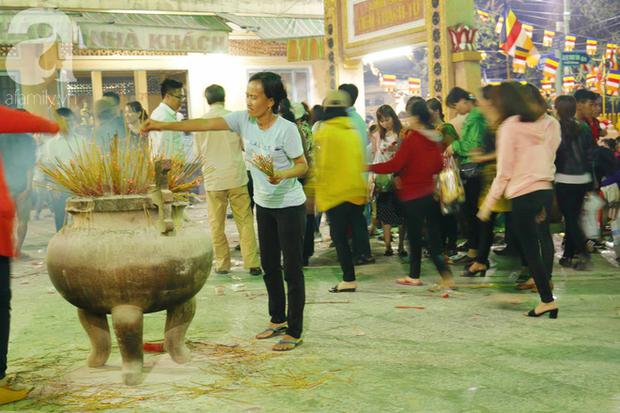 Tây Ninh: Đến cổng chùa Bà, người dân vẫn vô tư ăn uống, xả rác bừa bãi rồi trải chiếu ngủ la liệt đợi trời sáng - Ảnh 5.