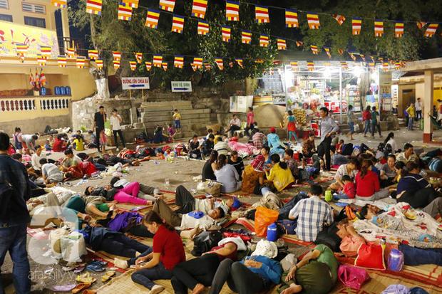 Tây Ninh: Đến cổng chùa Bà, người dân vẫn vô tư ăn uống, xả rác bừa bãi rồi trải chiếu ngủ la liệt đợi trời sáng - Ảnh 6.