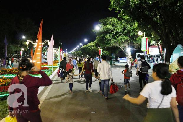 Tây Ninh: Đến cổng chùa Bà, người dân vẫn vô tư ăn uống, xả rác bừa bãi rồi trải chiếu ngủ la liệt đợi trời sáng - Ảnh 7.