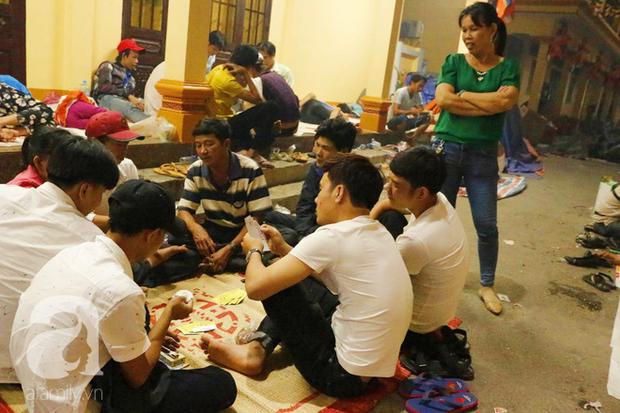 Tây Ninh: Đến cổng chùa Bà, người dân vẫn vô tư ăn uống, xả rác bừa bãi rồi trải chiếu ngủ la liệt đợi trời sáng - Ảnh 8.