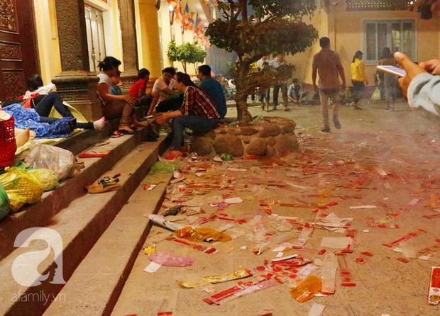 Tây Ninh: Đến cổng chùa Bà, người dân vẫn vô tư ăn uống, xả rác bừa bãi rồi trải chiếu ngủ la liệt đợi trời sáng - Ảnh 9.