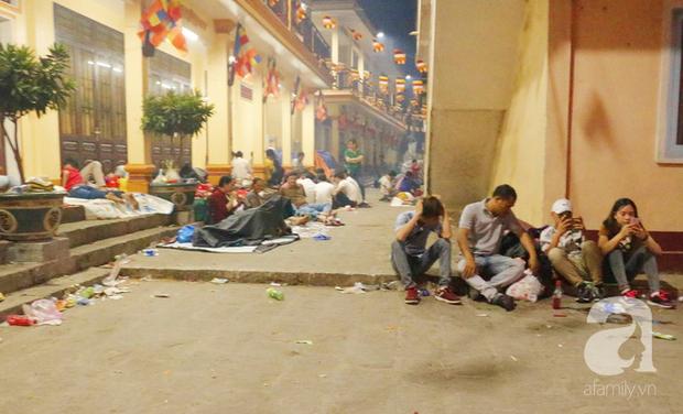 Tây Ninh: Đến cổng chùa Bà, người dân vẫn vô tư ăn uống, xả rác bừa bãi rồi trải chiếu ngủ la liệt đợi trời sáng - Ảnh 10.
