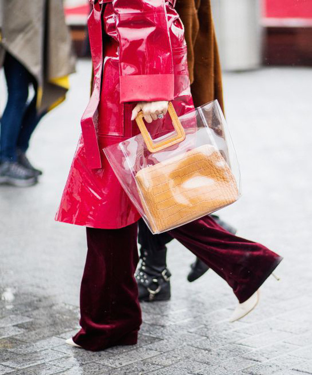 Túi nhựa trong suốt lại oanh tạc tại các Tuần lễ thời trang và dự là sẽ thành hot trend trong năm nay - Ảnh 4.