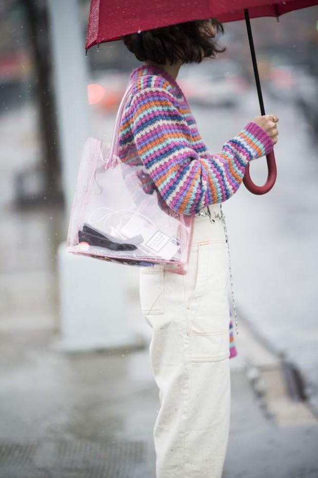 Túi nhựa trong suốt lại oanh tạc tại các Tuần lễ thời trang và dự là sẽ thành hot trend trong năm nay - Ảnh 8.