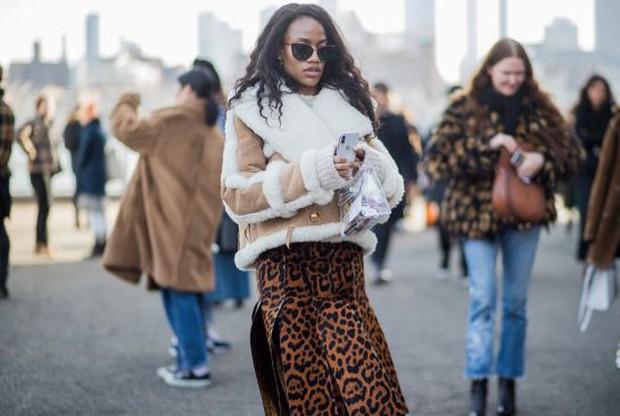 Túi nhựa trong suốt lại oanh tạc tại các Tuần lễ thời trang và dự là sẽ thành hot trend trong năm nay - Ảnh 7.