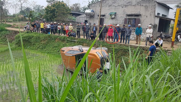 Chồng cho vợ tập lái xe trên đường làng và pha hạ cánh phũ phàng xuống ruộng - Ảnh 1.