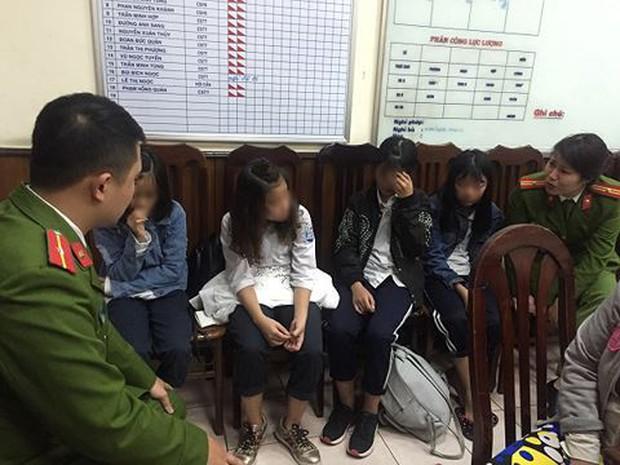 Bàn giao 4 cháu gái định mua vé tàu đi xa vì bị cô giáo phạt - Ảnh 1.