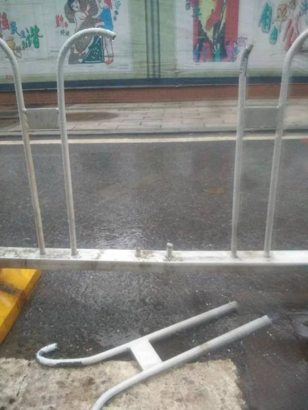 Trung Quốc: Sẩy chân ngã vào hàng rào xe buýt, thiếu nữ tử vong do cổ bị kẹp chặt giữa các thanh chắn - Ảnh 3.