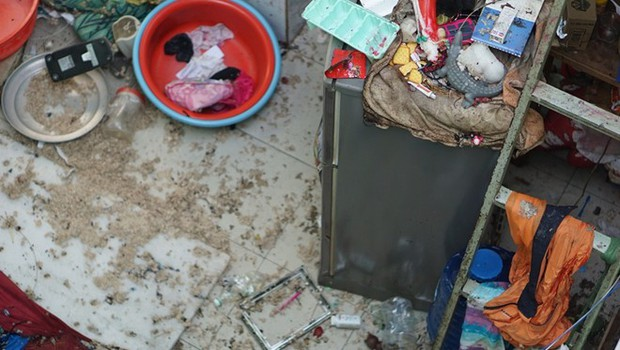 Hiện trường như đánh bom vụ nổ hầm cầu làm vợ chồng và hai con bị thương - Ảnh 3.