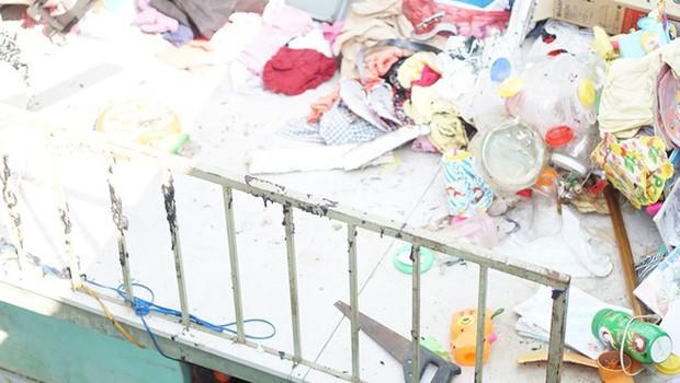 Hiện trường như đánh bom vụ nổ hầm cầu làm vợ chồng và hai con bị thương - Ảnh 4.