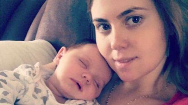 Thấy cơ thể bốc mùi lạ sau khi sinh, bà mẹ sửng sốt phát hiện có thứ bị quên trong vùng kín - Ảnh 2.