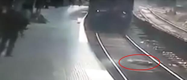 Clip: Người đàn ông nhảy xuống nằm giữa đường ray khi tàu hỏa đang lao nhanh tới khiến hành khách kinh hãi - Ảnh 2.