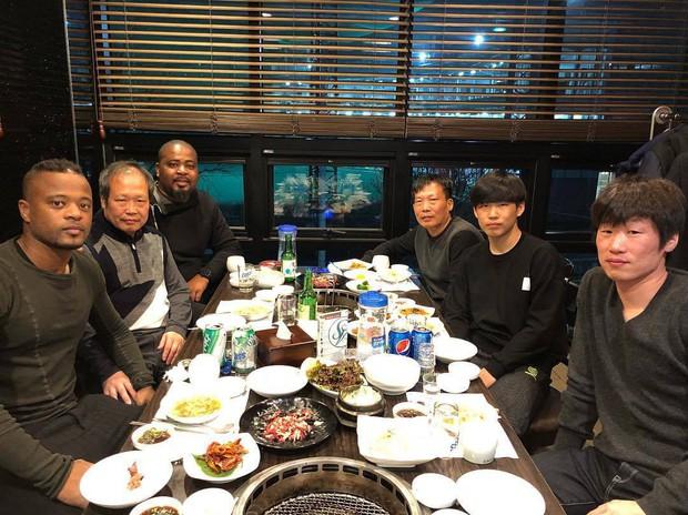 Sao Man Utd xúc động khi sang Hàn Quốc dự tang lễ mẹ Park Ji-sung - Ảnh 2.