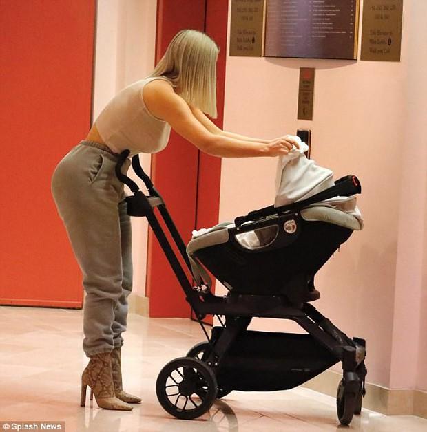 Kim Kardashian khoe vòng 3 khủng khi lần đầu lộ diện với con gái mới sinh - Ảnh 6.