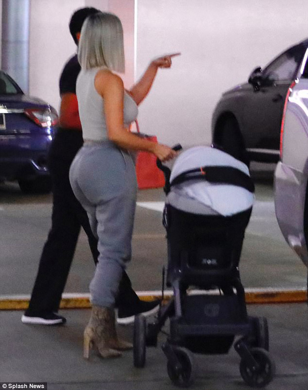 Kim Kardashian khoe vòng 3 khủng khi lần đầu lộ diện với con gái mới sinh - Ảnh 8.