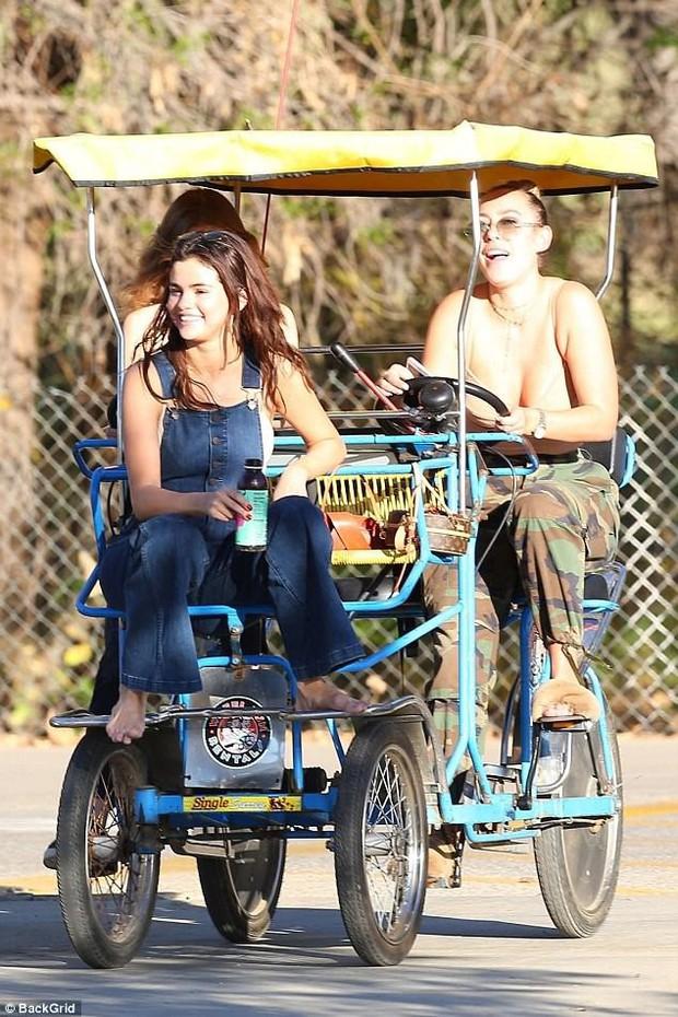 Selena trang điểm nhẹ vẫn cực xinh, thảo nào cả Charlie Puth lẫn Justin Bieber đều phải lòng - Ảnh 2.