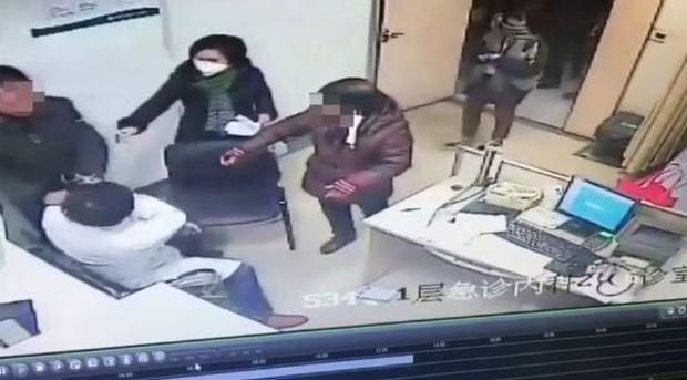 Đã không có thời gian ăn cơm, bác sĩ còn bị người nhà bệnh nhân chen hàng xách cổ áo lôi xềnh xệch - Ảnh 2.