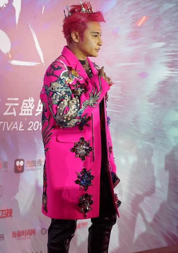 Đội vương miện, mặc áo xuyên thấu và tất lưới rách, Nhĩ Thái lại trở thành tâm điểm chú ý của netizen - Ảnh 2.
