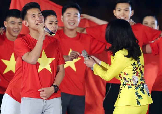 Không chỉ song ca, Mỹ Tâm còn đánh son của Hồng Duy Pinky ngay trên sân khấu lễ vinh danh U23 Việt Nam - Ảnh 3.