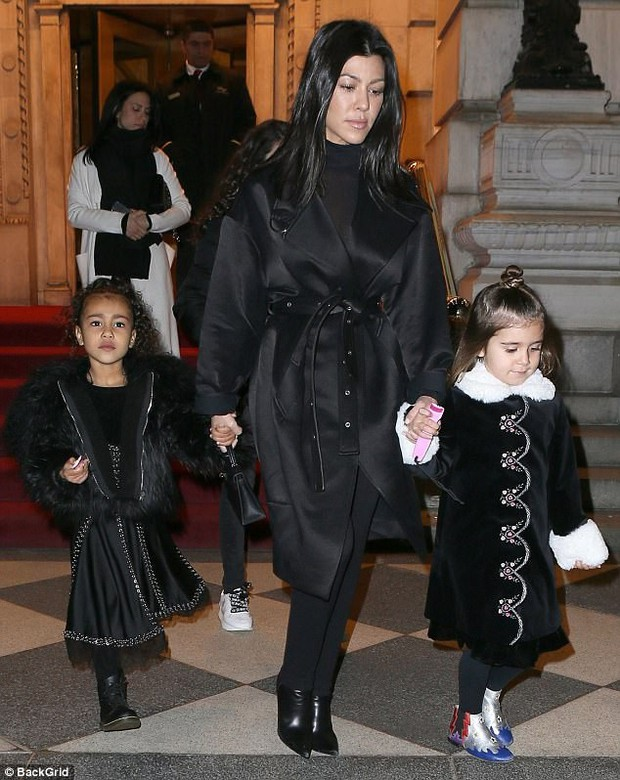 Con gái 4 tuổi của Kim và chị họ 5 tuổi ra dáng tiểu thư nhí sành điệu không kém người lớn trên phố - Ảnh 1.